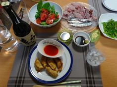夏らしく、青魚の刺身と揚げ餃子、ピーマンのオイスターソース和えとトマトとルッコラのサラダを作りました。栄養バランスも考えながら野菜もしっかりととれるメニューにしました【らんまさん☆7-8月初夏のお酒風景】