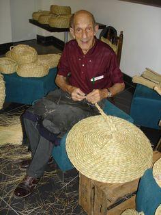 Esparteiro trabalhando com o esparto e produzindo peças artesanais de cestaria. Freguesia de Alcongosta, concelho do Fundão, Portugal.  Fotografia: http://ceiraesparteiro.blogspot.com.br