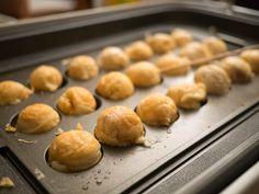 Le takoyaki est une spécialité d'Osaka. Une boule parfaitement ronde de pâte légèrement croustillante à l'extérieur et presque liquide à l'intérieur, avec un morceau de poulpe dedans. On les achète par boites de 8 dans les échoppes ambulantes qu'on trouve aux petites foires de quartiers ou dans les enceintes des temples. Aujourd'hui il y a … Osaka, Restaurant Bon, Tapas, Griddle Pan, Japanese Food, Bento, Hamburger, Sushi, Bread
