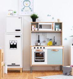 Ikea kinderküche Build your own IKEA fridge: Suitable for the DUKTIG children's kitchen How To Balan Ikea Play Kitchen, Toy Kitchen, Kitchen Decor, Ikea Playroom, Ikea Kids Room, Trofast Ikea, Kallax, Ikea Hack Kids, Ikea Hacks