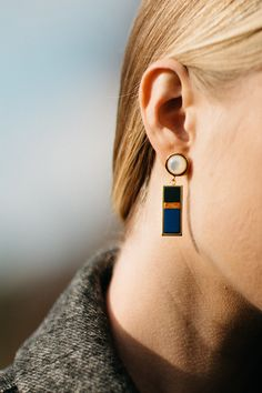 Break with tradition and wear Fortunata's earrings to jazz up a cosy knit during the day. Gilded in soft gold and featuring a striking cobalt-blue drop, show off their true splendour by tucking your hair into a polo neck.