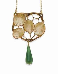 AN ART NOUVEAU HORN, CHALCEDONY AND GOLD SAUTOIR, BY GEORGE PIERRE