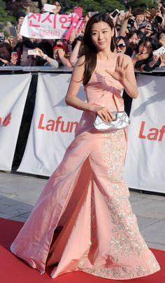K-drama stars light up the red carpet at the Baek Sang Arts Awards ceremony