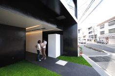 Photo © Mitsutomo Matsunami     The beautiful facade of this apartment building caught our attention, and we couldn't help but ask the architect to show us the interior of each unit. we must say that simplicity and complexity interact …
