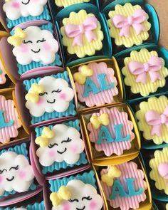 Bombons para chuva de amor #festachuvadeamor #festachuvadebencaos #chuvadeamor Dessert Table Birthday, First Birthday Party Themes, Baby Birthday Cakes, Rainbow Birthday Party, Chocolate, Cloud Cake, Rainbow Parties, Royal Icing Cookies, Mini Cakes