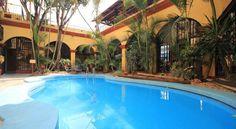 una piscina en Oaxaca Real Hotel en Oaxaca, México. Parte profunda es dos metros.