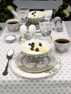 :) Heerlijk om buiten aan zo'n mooie gedekte ontbijttafel te mogen zitten...