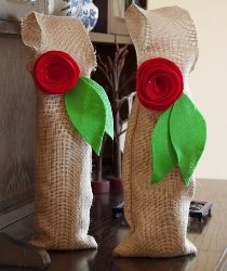 Tutorial: Easy burlap wine bags with rolled felt flowers · Sewing   CraftGossip.com