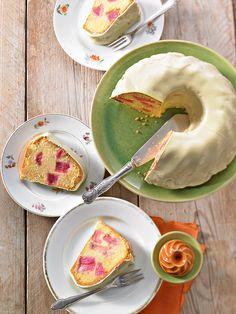 Rhabarber-Gugelhupf - Fruchtiger Kuchen mit saftigen Rhabarber-Stücken in einer Hülle aus weißer Schokolade