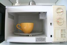 Magnetron schoonmaken? Zet voor een kopje schoonmaakazijn in je magnetron en laat 'm 5 minuten op vol vermogen draaien. Daarna doek erdoor en hij is weer blinkend schoon.