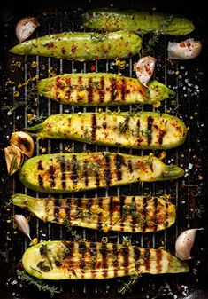 Meat-free doesn't mean grill-free. Here are 17 easy vegan & gluten-free BBQ ideas for you to enjoy at any barbecue. Grilled Zucchini, Grilled Veggies, Roasted Vegetables, Healthy Zucchini, Green Bean Casserole, Zucchini Casserole, Casserole Recipes, Barbecue Recipes, Grilling Recipes
