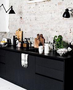 Kitchen inspo Source: Pinterest! Når vi først har begynt å se etter nytt kjøkken.... Noen som har lyst å dele kontoer med lekre kjøkkenløsninger? Tagg gjerne under dette bildet, eller send på dm _____________ #kitchen #kitcheninspo #kjøkken #kjøkkeninspirasjon #kjøkkeninspo #interiorwarrior #interiorandhome #interiorandliving #brickwall #inspo #greatkitchen #kitchendesign #blackkitchen #interiormagasinet #interior123 #interior4all #finahem #interiordesign