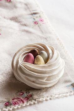 Beautiful meringue nests for easter. Easter Cupcakes, Easter Cookies, Easter Treats, Pavlova, Meringue Cookie Recipe, Meringue Desserts, Easter Table, Easter Eggs, Easter Food