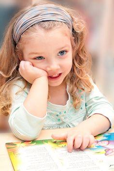 Unsere Tipps, wie du dein Kind beim Lesenlernen unterstützen kannst. (© iStock)