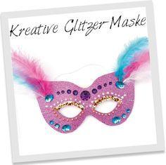 Sie benötigen noch die passende Maske zu Ihrem Faschingskostüm? Mit Glitterkarton, Federn, Perlen, Schmucksteinen und Glitzer-Flocken lässt sich im Nu eine auffällige Maske basteln.