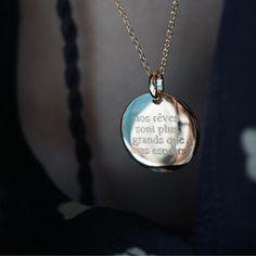 • nos rêves sont plus grands que nos espoirs • Médaille bombée personnalisable sous 48 h en plaqué or ou en argent disponible sur delphinepariente.fr ou dans nos boutiques à Paris et à Biarritz