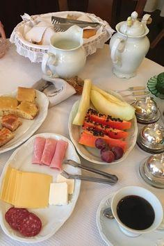 Café da Manhã completo, com pães, frutas, queijos, bolos em Gramado no Rio Grande do Sul.