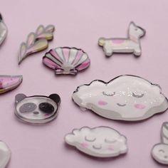 Tutoriel - Mini pin's au plastique dingue / fou - Lovelyoupi Diy Resin Pins, Shrink Plastic, Plastic Craft, Shrinky Dinks, Diy Games, Bijoux Diy, Deco, Recycling, Crafty