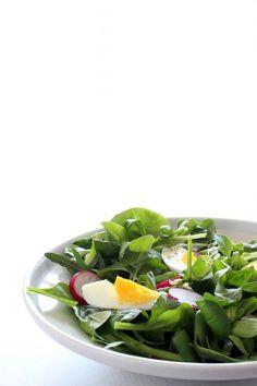 insalata, mista, con spinaci, rucola e uovo sodo.