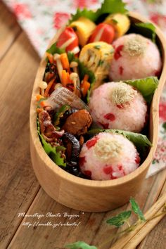 Japanese Bento box with rice balls. Japanese Bento Lunch Box, Bento Box Lunch, Japanese Food, Bento Recipes, Lunch Box Recipes, Healthy Recipes, Lunch Ideas, Snack Boxes Healthy, Asian Recipes