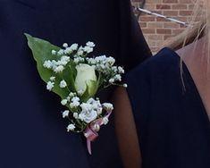 Esküvői kitűző. Gyere és válogass a több mint 500 csodálatos egyedi esküvői kellék közül. Mennyiségi kedvezményekkel várunk. MerciDekor.hu Inspirációs képeink segítenek a Te stílusod megtalálásában. Gyere és hívj: Tel: 30/385-4688 Ingyenes tanácsadással várunk! - Esküvői kitűző Crown, Fashion, Moda, Corona, Fashion Styles, Fashion Illustrations, Crowns, Crown Royal Bags