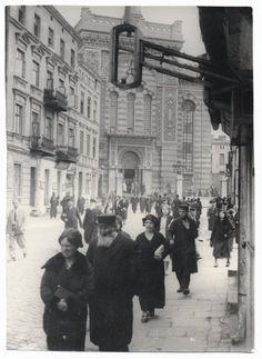 Worshippers leaving the Altshtot, Old City, synagogue on Wolborska Street. Photograph Moshe Raviv. Lodz, 1937.