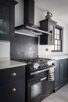 We can't get enough of this 'Pantry Blue' deVOL Kitchen which has been installed at Kempshott Road, a totally beautiful location shoot house in London. Devol Kitchens, Black Kitchens, Home Kitchens, Navy Kitchen, Shaker Kitchen, Black Range Cooker, Kitchen Cooker, Kitchen Chandelier, Cuisines Design