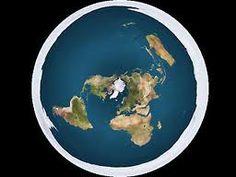"""Os membros da Flat Earth Society (Sociedade da Terra Plana) afirmam acreditar que a Terra é plana. Andando na superfície do planeta, parece plana, pelo que consideram todas as evidências em contrário, tais como fotos de satélite da Terra como uma esfera, serem fabricações de uma """"conspiração da Terra redonda"""" orquestrada pela Nasa e outras agências governamentais."""
