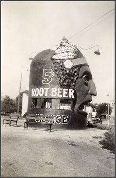 Old Root Beer & Orange Juice Stand at Teepee Junction, Lawrence, KS - Novelty Architecture Vintage Diner, Vintage Restaurant, Vintage Signs, Vintage Photos, Unusual Buildings, Interesting Buildings, Maneki Neko, Building Signs, Vernacular Architecture