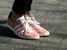gazelle rose !!! Sock Shoes, Shoe Boots, Adidas Gazelle Women, Shoes Sneakers, Shoes Heels, Adidas Shoes, Flats, Walk In My Shoes, Pink Adidas