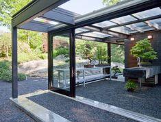 Современный стеклянный дом с индустриальным чувством