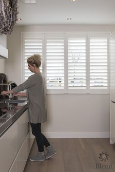 Moderne witte shutters in de keuken van Blend Window Fashion! Interior Shutters, Interior Windows, Interior Design Degree, Interior Design Kitchen, Happy New Home, House Blinds, Window Styles, Home Upgrades, Home Kitchens