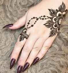 henna tatuaje, diseño simple de flor sobre la mano de mujer