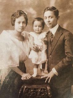 Painter Fernando Amorosolo, his first wife Salud Tolentino Jorge-Amorsolo and their first child Virginia, Manila, 1917 Philippines Fashion, Philippines Culture, Baro't Saya, From Rags To Riches, Filipino Culture, Pinoy, Manila, Family Portraits, Persona