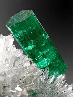 EMERALD(Σμαράγδι) ονομάζεται η πράσινη ποικιλία της βήρυλλου. Emerald crystal, Colombia