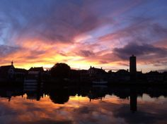 Zonsondergang op Terschelling met de Brandaris op de achtergrond! http://www.mooi-weer.nl