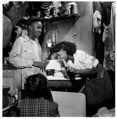 """"""" Three teenagers in a kitchenette apartment, Chicago, Photographer: Wayne F. Miller """" Wayne F. Miller has died at the age of After World War II, he returned home to Chicago. Old Photos, Vintage Photos, Wayne Miller, Leonard Freed, Inge Morath, Photographer Portfolio, My Black Is Beautiful, Magnum Photos, African American History"""