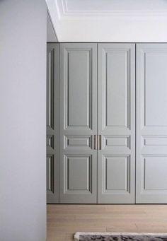 Molduras que en pisos altos van bien. Wardrobe Closet, Wardrobe Doors, Master Closet, Closet Bedroom, Closet Doors, Bedroom Decor, Bedroom Furniture, Door Design, House Design