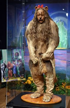 Original Cowardly Lion costume from Wizard of Oz fetches Wizard Of Oz Lion, Wizard Of Oz Movie, Wizard Of Oz 1939, Cowardly Lion Costume, Glenda The Good Witch, Wizard Of Oz Collectibles, Wizard Of Oz Characters, Hollywood Costume, Hollywood Gowns