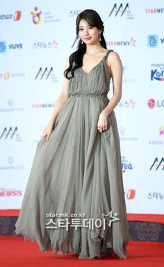 Imagen Korean Actresses, Korean Actors, Asia Artist Awards, Dior Dress, Bae Suzy, Bridesmaid Dresses, Wedding Dresses, Most Beautiful Women, Kpop Girls