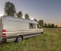 Zo transformeer je een Mercedes-Benz Sprinter uit 2012 tot een rijdend huis - Manify.nl Mercedes Benz, Benz Sprinter, Camper Makeover, Campervan, Transformers, Vehicles, Vehicle