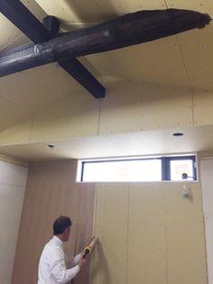 リビングの勾配天井と丸太の梁。掃き出し窓は塞いで高窓を設置しました