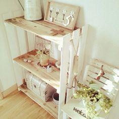 こういうすのこ棚もかなりオススメ。これは裏に柱を二本立てて、そこにすのこを打ち付けてるみたい。棚板も差し込んでるだけだから好きに付け替え可能です。 My Ideal Home, Pallet Designs, Diy Interior, Craft Storage, Diy Wood Projects, Cool Furniture, Diy And Crafts, Easy Diy, Home Decor