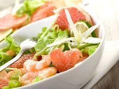SALADE DE CREVETTES ET PAMPLEMOUSSE   400 g de salade 2 pamplemousses roses 1 citron jaune 20 crevettes roses cuites décortiquées 2 c. à soupe d'huile d'olive 1 c. à soupe d'eau sel, poivre