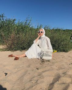 Hijab Fashion Summer, Street Hijab Fashion, Muslim Fashion, Picnic Photography, Photography Poses, Picnic Outfits, Stylish Hijab, Beach Ootd, Cute Poses For Pictures