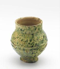 1325-1375. Beaker, Germany. Lead glaze, whiteware, copper oxide, height : 9 cm, diameter : 8 cm. Rotterdam, museum Boijmans Van Beuningen [F 4085].