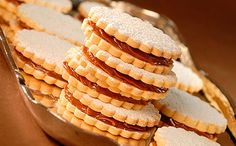 Alfajores H - we could make these for mother's day gifts. Shortbread filled with dulce de leche. Peruvian Desserts, Peruvian Dishes, Peruvian Cuisine, Peruvian Recipes, Real Food Recipes, Cooking Recipes, Yummy Food, Delicious Desserts, Bolivian Food