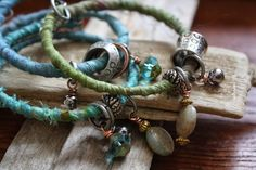 UMELECKY : Textile Bracelet Tutorial - apply a jump ring to each of the end loops to keep the charms and beads from sliding off. Old Jewelry, Simple Jewelry, Jewelry Crafts, Jewelry Art, Jewelry Making, Fashion Jewelry, Jewelry Ideas, Jewellery, Diy Fashion