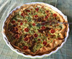 Torta salata. Pasta sfoglia con ripieno di 2 uova, panna, broccoli, scamorza affumicata, pomodorini, noce moscata e sale qb.