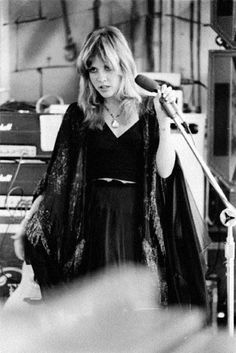 Stevie Nicks on-stage being beautifully creepy with her omniscient death stare. She left Fleetwood mac and went on to do popular hits such as Rhianan, Seventeen, Magic Hands and many more! Rock Girls, 70s Icons, Style Icons, Nana Mouskouri, Alternative Rock, Divas, Stevie Nicks Fleetwood Mac, Stevie Nicks Witch, Stevie Nicks Young